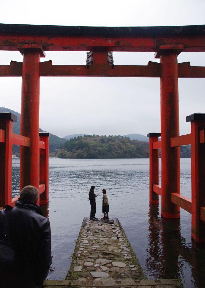 こちらも必見!芦ノ湖の湖上に立つ「平和の鳥居」