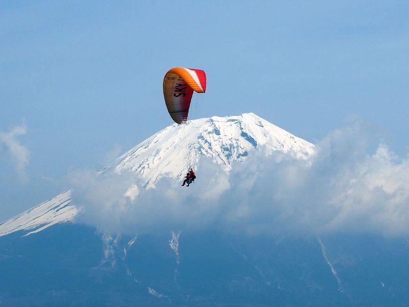 """""""鳥モード""""で気分爽快!パラグライダーで富士山を空中散歩"""