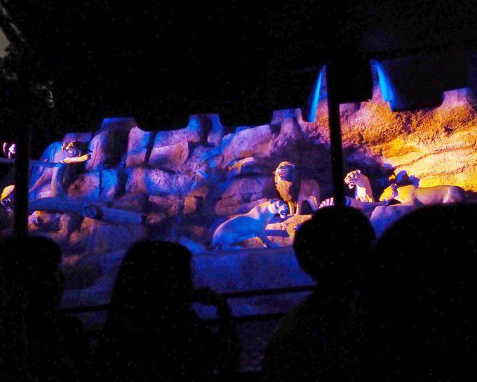 ライオンキングのステージも幻想的にライトアップ