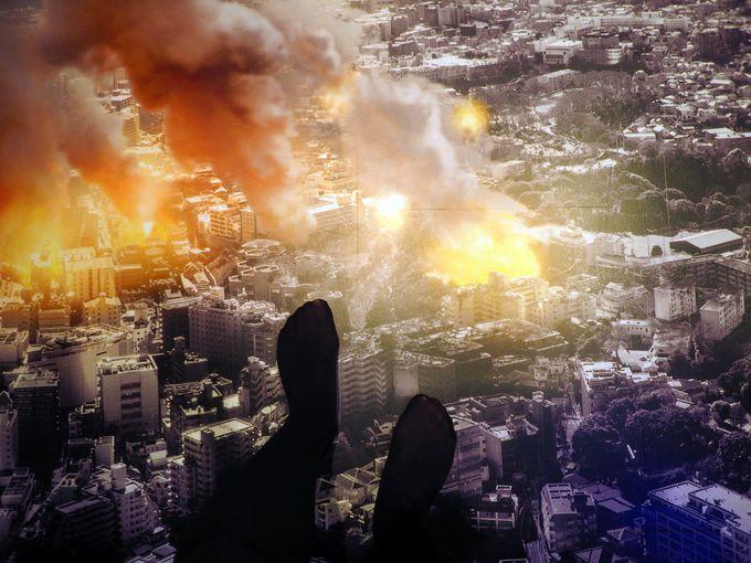 足元に広がるのは、ゴジラが破壊した街並み