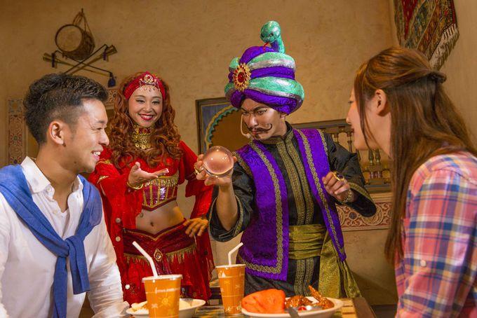 大爆笑のマジックを見ながら食事ができるレストランは?