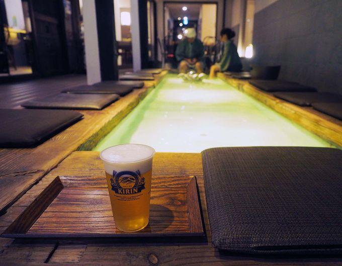 湯畑源泉の足湯でお酒が飲めるなんて!