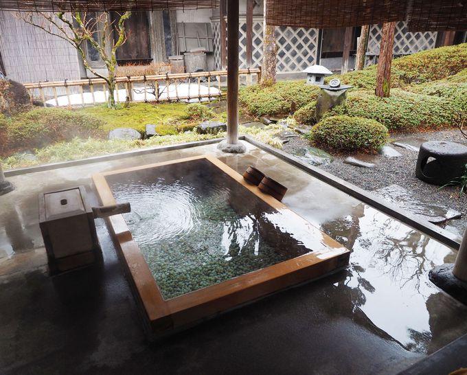 1,000年の歴史を持つ『綿の湯』を贅沢に引き込んだ露天風呂