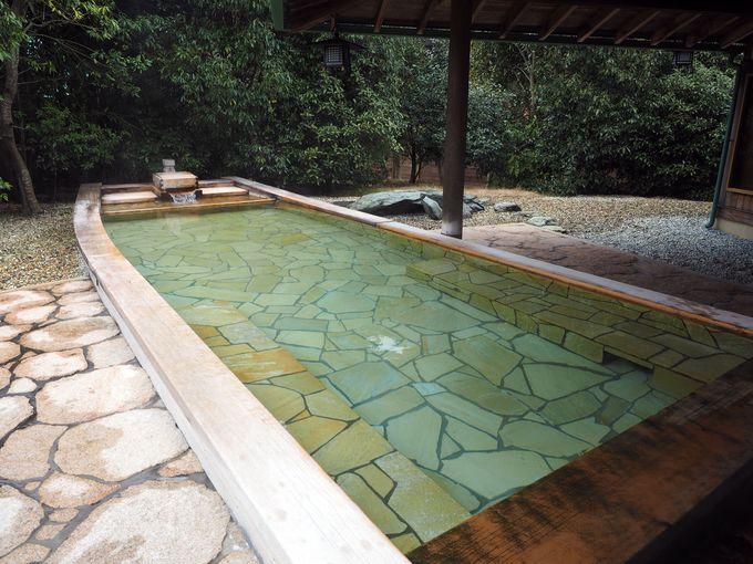巨大な舟型の露天風呂。実はすごいスーパー美人の湯