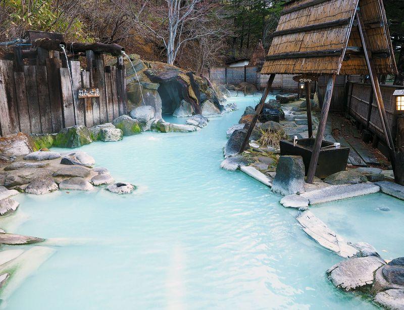 空色の温泉!福島・高湯温泉「安達屋旅館」の30m混浴露天が気持ちいい!