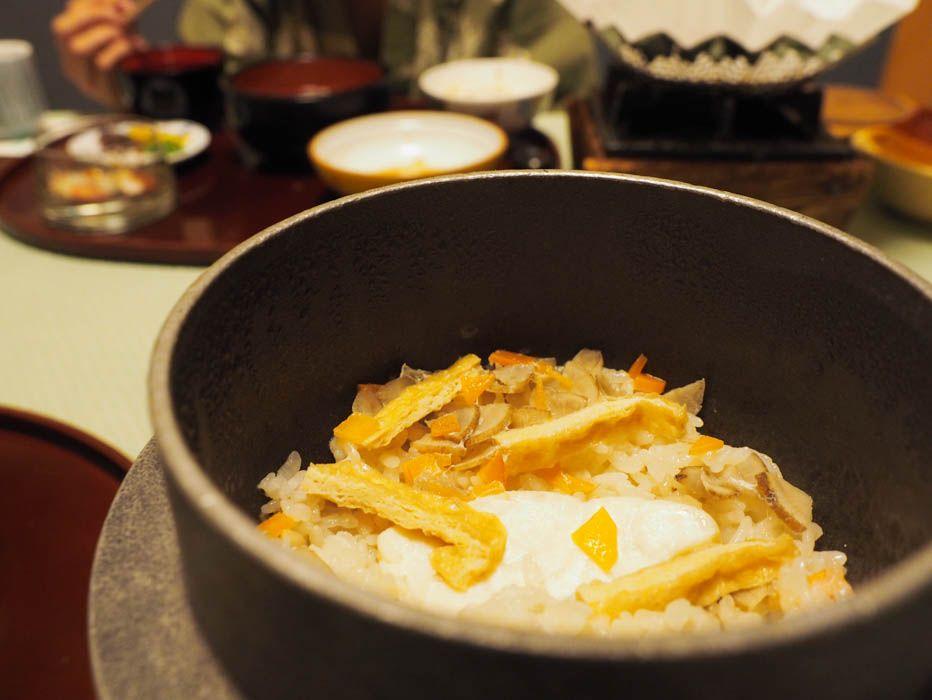 目の前で炊かれる鯛釜飯が絶品!