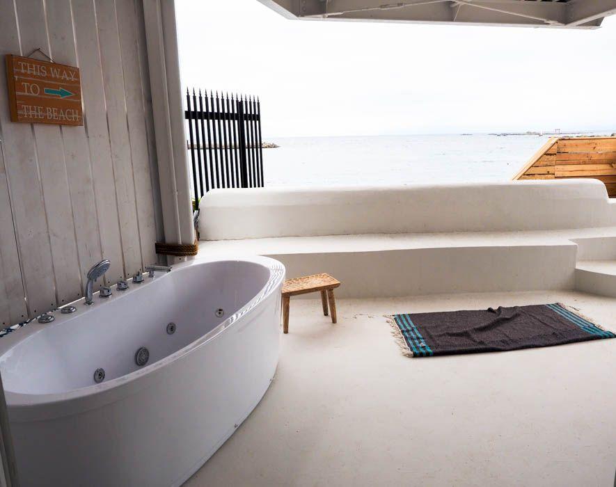 潮騒をBGMに。海を眺められるジャグジー風呂