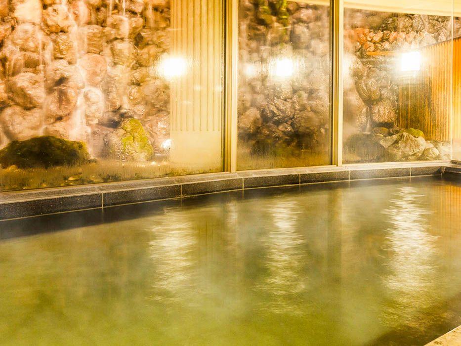 滝を見ながら温泉で極楽気分…