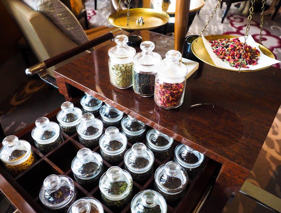 天秤と20種類の茶葉を運ぶティーマイスターが登場