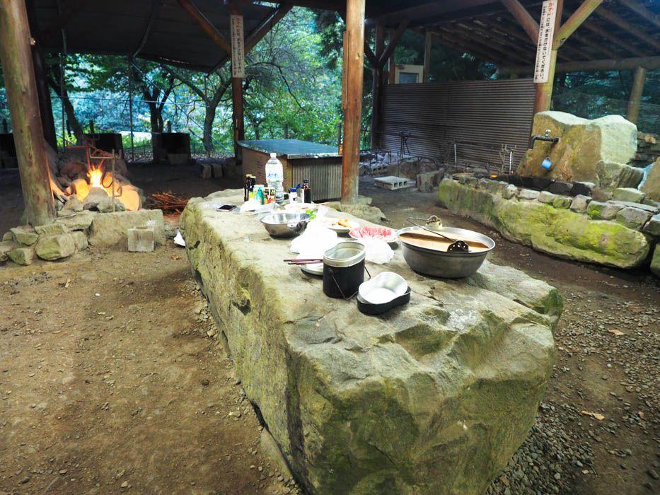 石造りの古代の炊事場。ギャートルズ気分で肉を焼け!