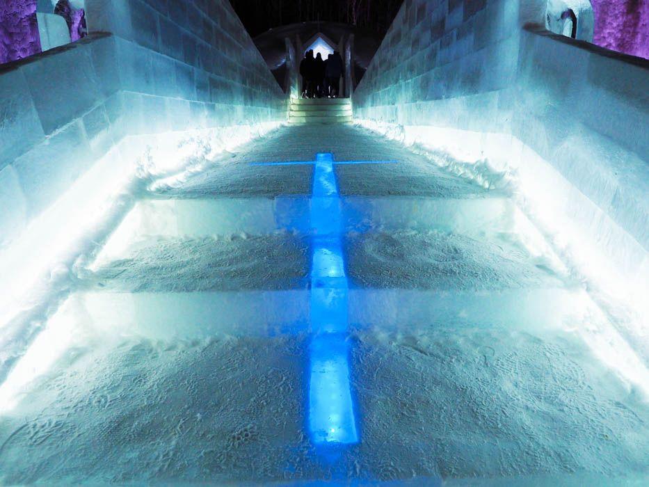 十字架がライトアップされた氷の通路