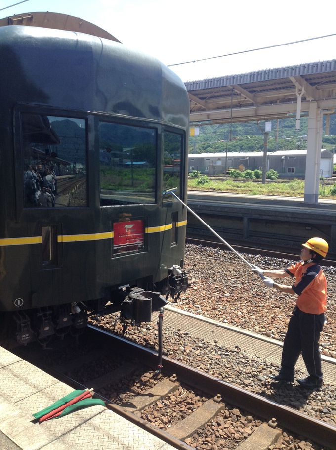 降車して見学できる『トワイライト』カラーの機関車交換