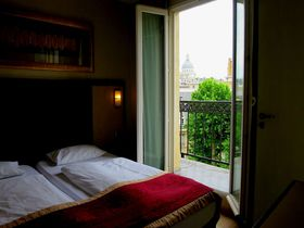パリ5区の眺望ホテル「アンドレ ラタン」部屋から風呂からパンテオン!