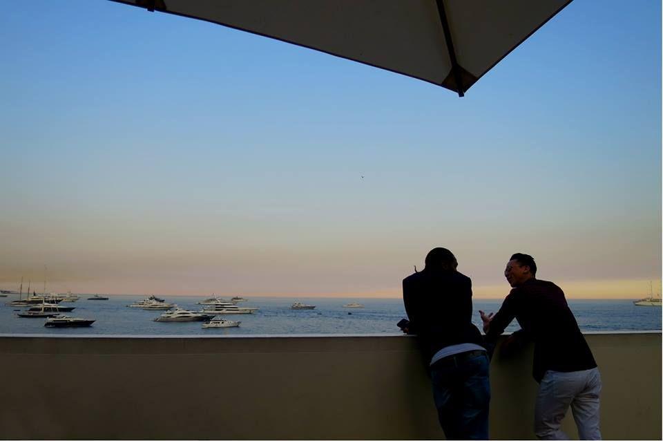 地中海に沈む夕日を待ちながらもう一杯