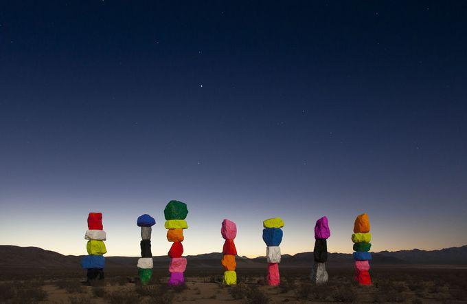 ポップでカラフル!砂漠に突如現れる野外アート