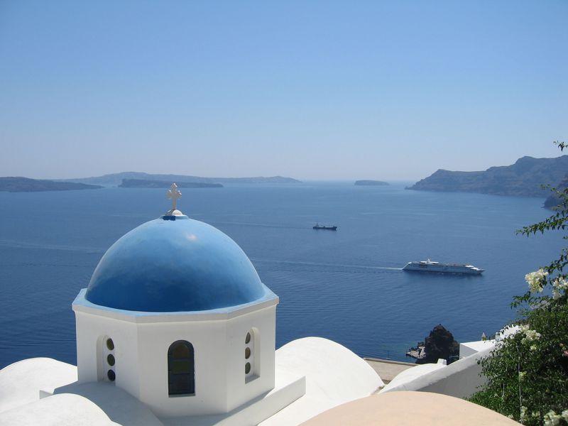 憧れのリゾート地!ギリシャ・サントリーニ島の白い街並みとエーゲ海