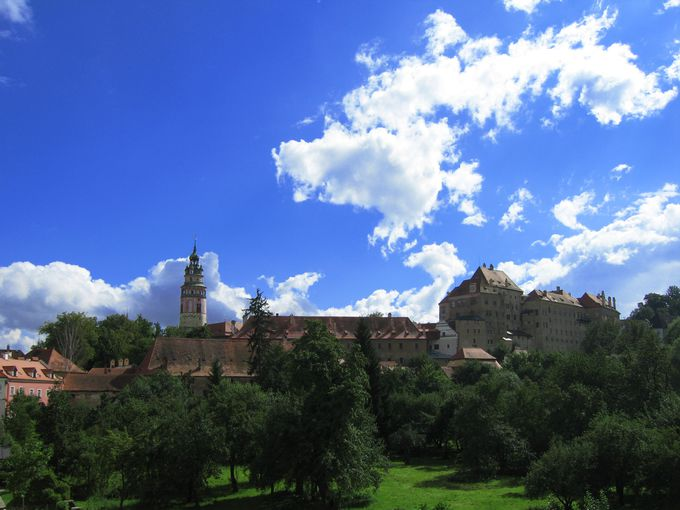 中世の雰囲気と自然が調和する美しい町