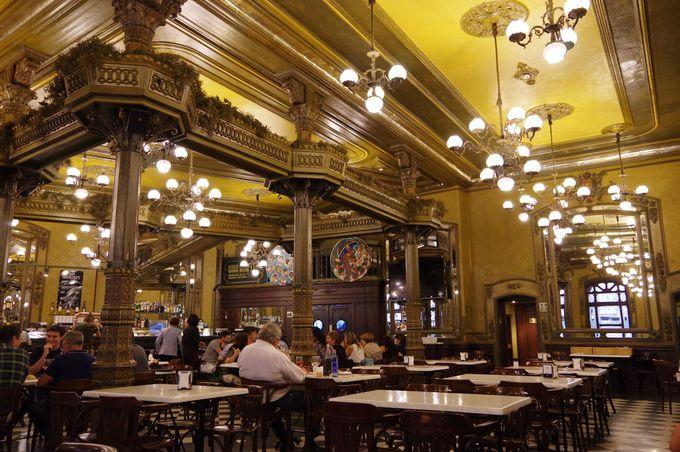 ヘミングウェイ行きつけのカフェ&バーへ。