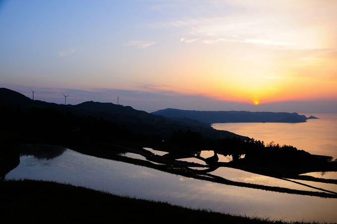 沈みゆく夕日に照らされた棚田も絶景