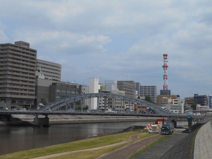 戦争を生き抜いた!空襲痕残る歴史的な遺構が刻まれた「御成橋」
