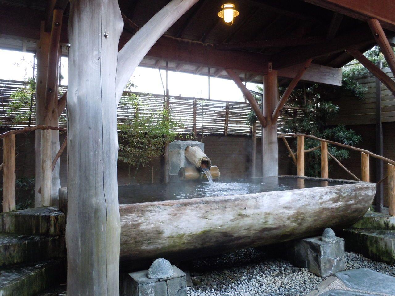 木の温もりが感じられる巨木風呂