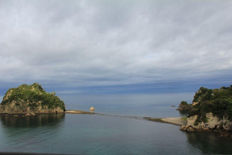 潮の干満で海底の道が現れる?!珍しい「トンボロ」現象が見渡せる宿、西伊豆町「アクーユ三四郎」