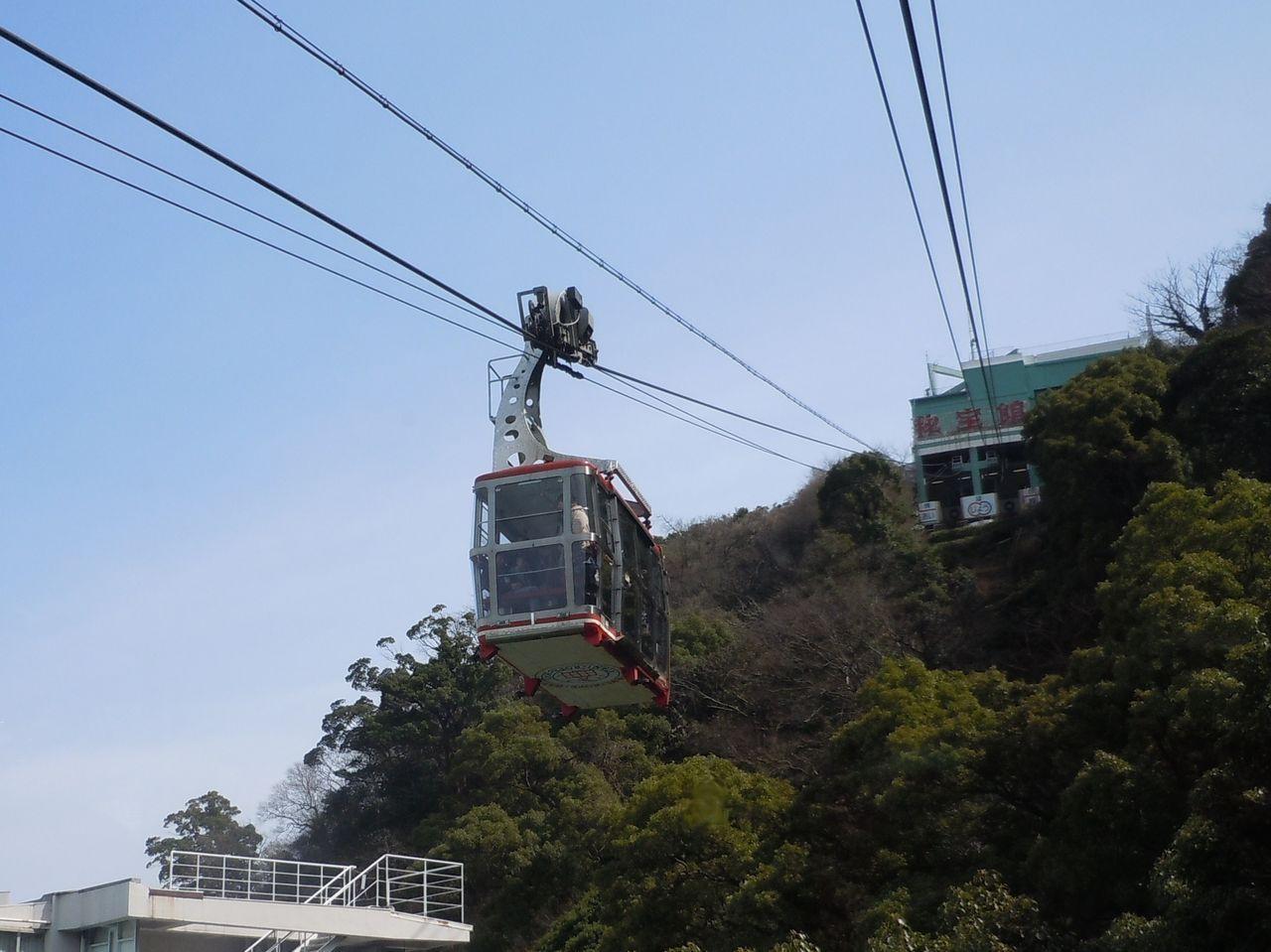 八幡山山頂まで3分間の空の旅「アタミロープウェイ」