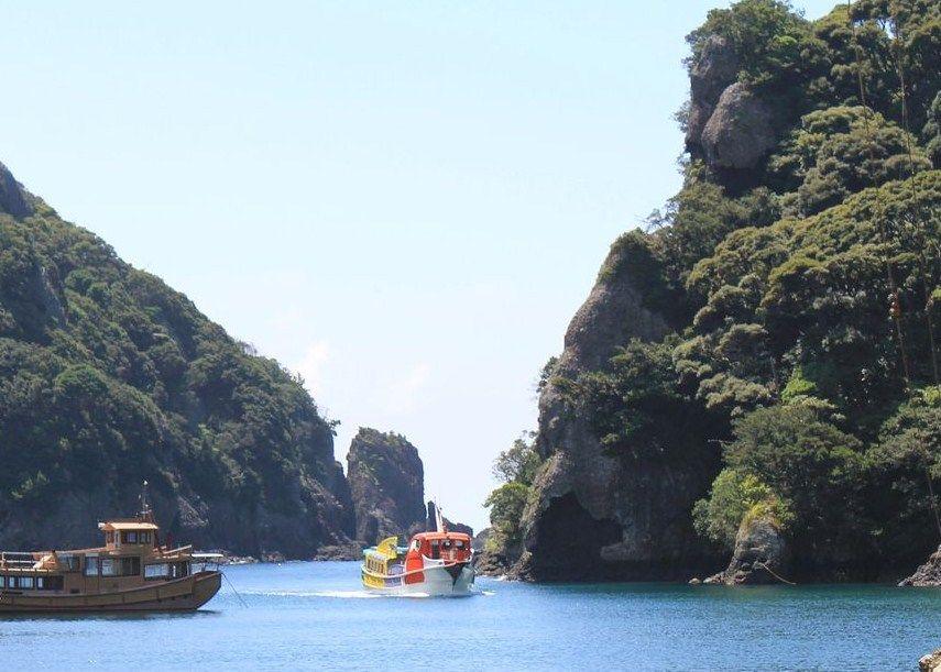 海に浮かぶ遊覧船