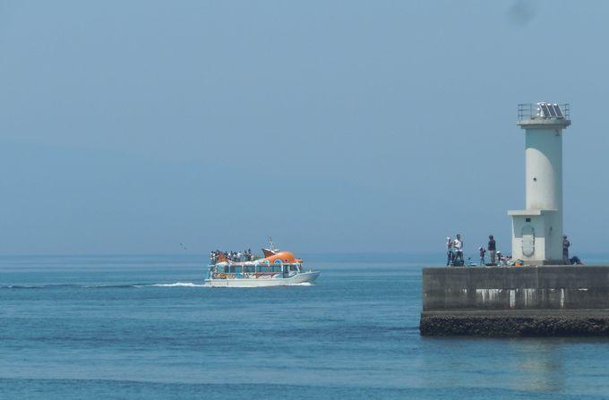 海を進む遊覧船