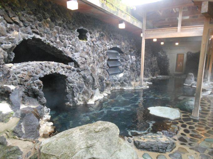 温泉の滝が流れる豪快さが心地良い!!