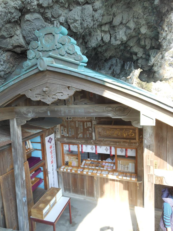 こんなところに神社がっ!一度見たら忘れない断崖にある社殿