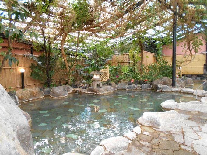 森林浴も楽しめる?ジャングル大岩風呂