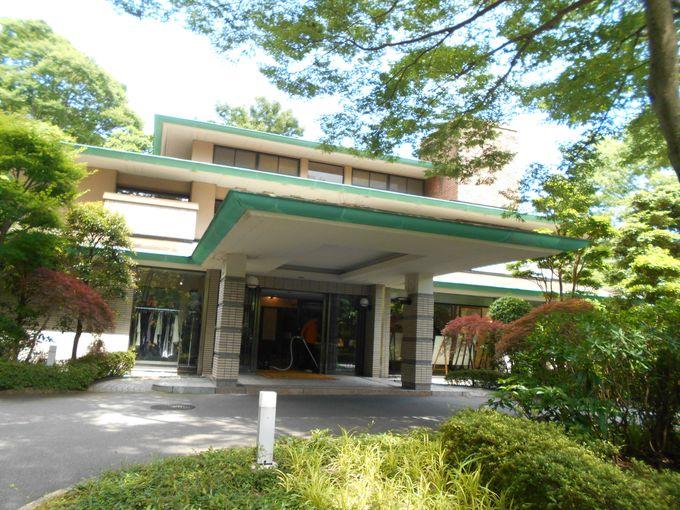 美しい緑の中にあるクラシカルなホテル