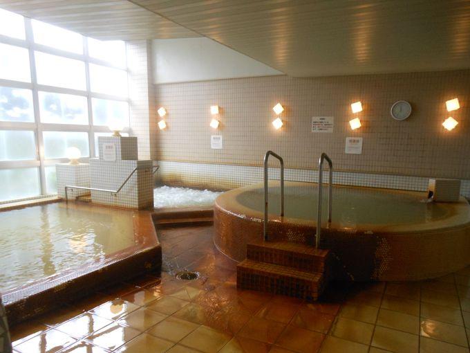 程良い温度の低温浴風呂で、溜まった疲れをじっくり癒そう