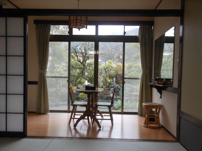 心を和ます緑あふれる庭園を愛でる客室