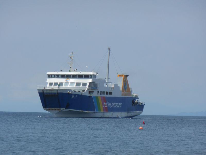 フェリーが間近を横切る海岸!船舶ファン必訪の西伊豆・土肥海水浴場