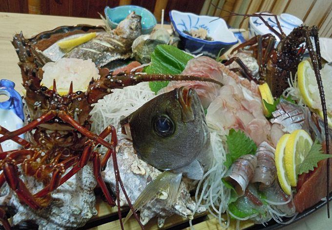 趣ある食事処で自慢の贅沢魚介料理を食す