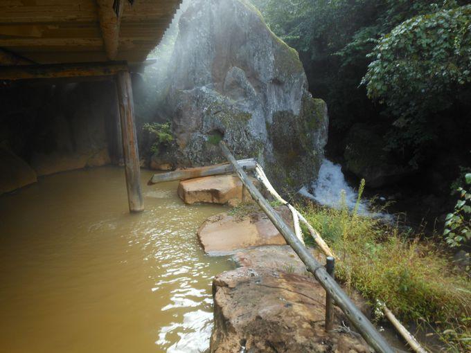 横谷渓谷を望む絶景風呂&黄金色の湯を堪能
