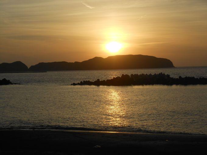 コーガ石の彫刻が点在する前浜海岸通り&夕日の絶景スポット「本村前浜海岸」