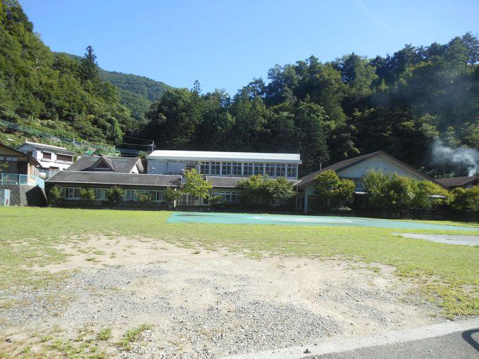 学校跡地での~んびりと山の湯を!山梨・早川「ヴィラ雨畑」