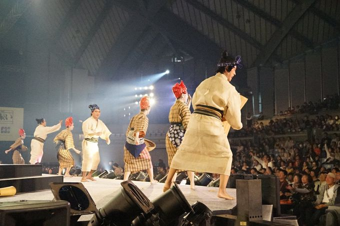 田植え踊り「マミドーマ」のステージでは会場めがけて餅まき!
