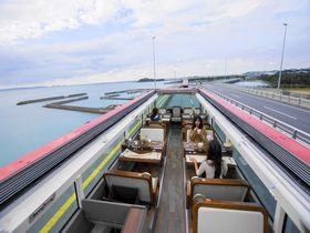沖縄を走るオープントップのレストランバス!車窓に広がる絶景を見ながら旬の沖縄料理を堪能