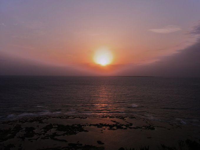 沖縄の海にのびる太陽の道、感動の初日の出の瞬間!