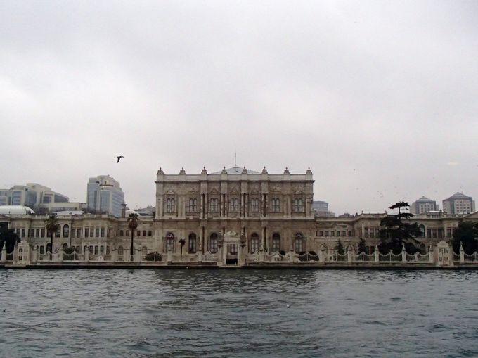 見どころ1:オスマン帝国の王宮だった「ドルマバフチェ宮殿」