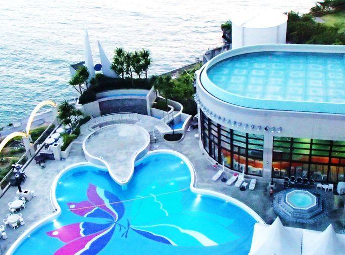 一年中楽しめる天然温泉プール&4月〜10月オープンの屋外プール!