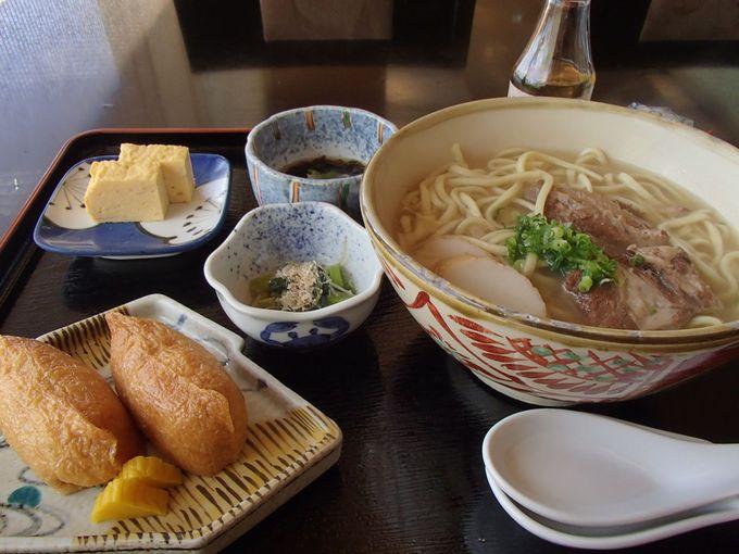 地元でも人気のレストランでは美味しい「沖縄そば&ブッフェ」を