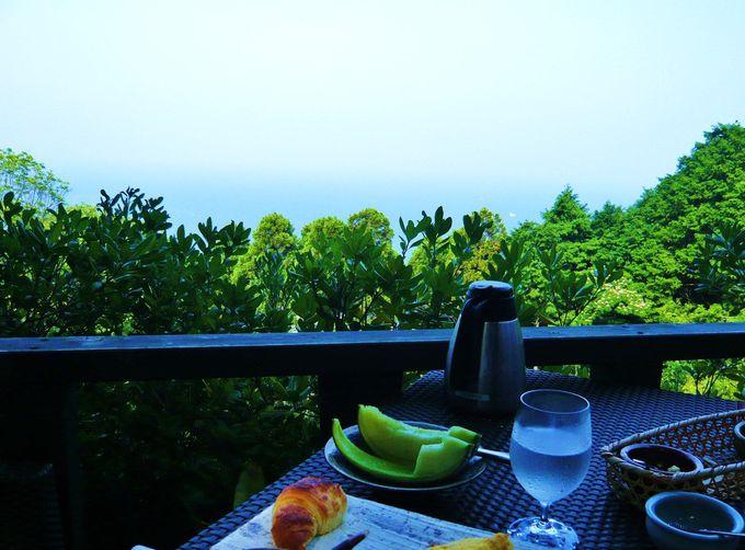 海を見下ろすオープンカフェで、気ままに過ごす幸せなヴィラC