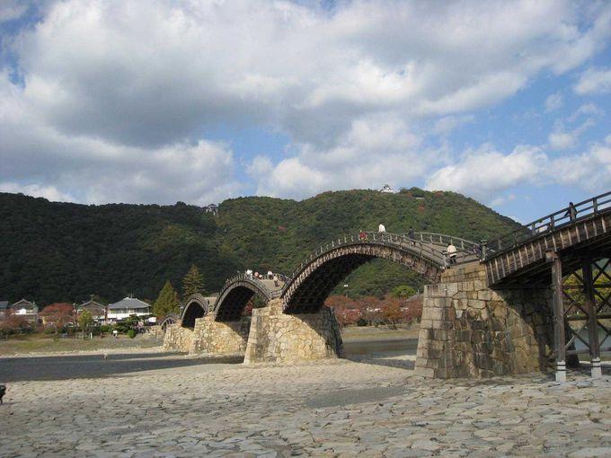 城下町に似合う優美な橋