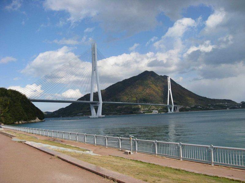 瀬戸内海の島から島へと繋がる「しまなみ海道」は橋の美術館