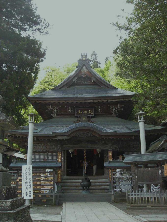 善光寺と向かい合う北向観音で、現世の利益を祈る